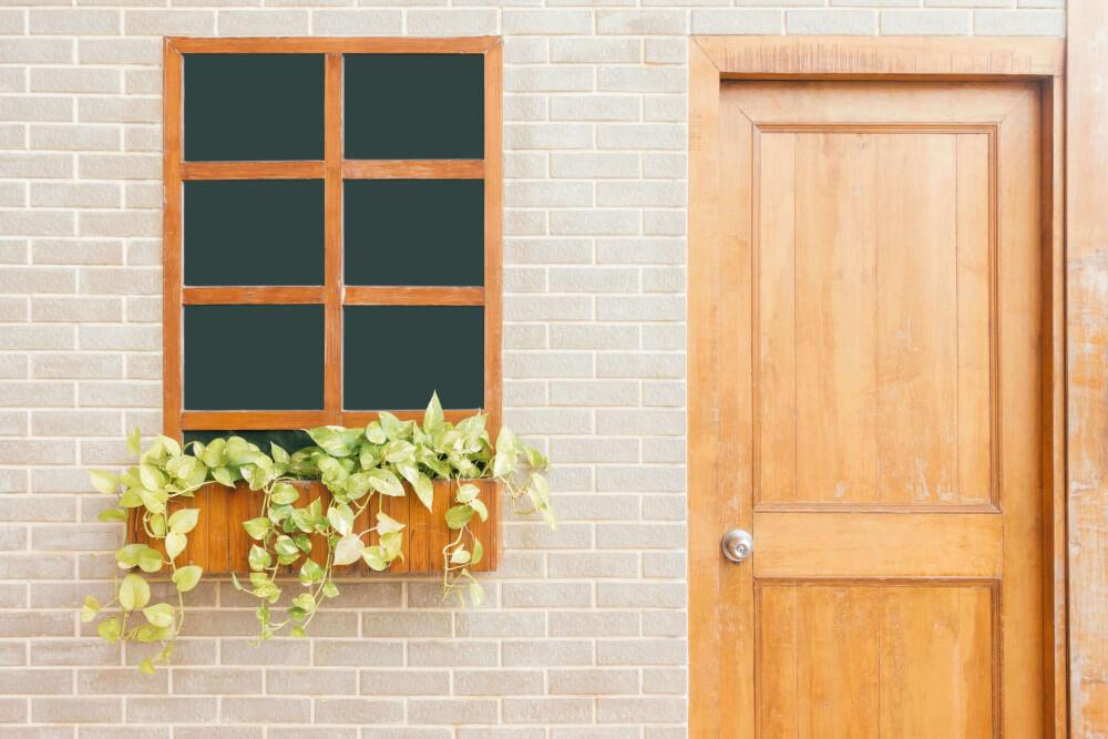 Дървена входна врата с прозорец